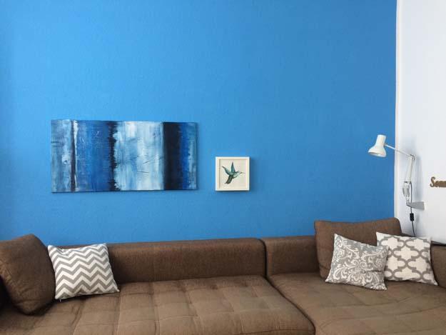 Blaue Wand im Wohnzimmer erinnert ans Meer