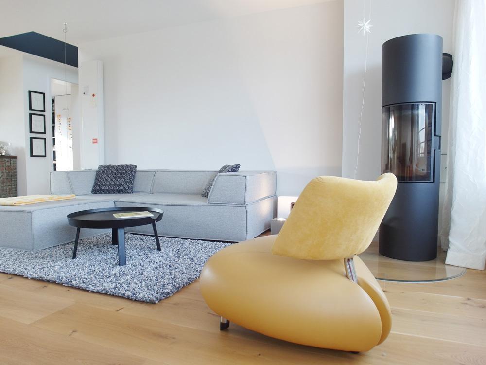 Gelber Sessel als Akzent wirkt warm und wohnlich