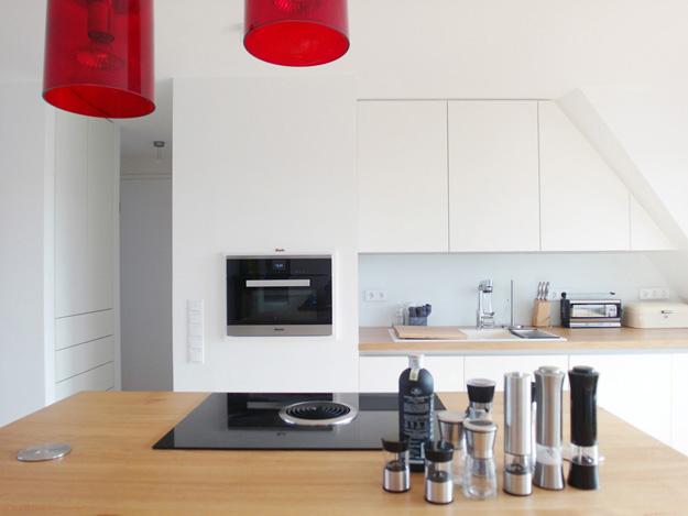 Moderne Küche mit roten Farbakzenten