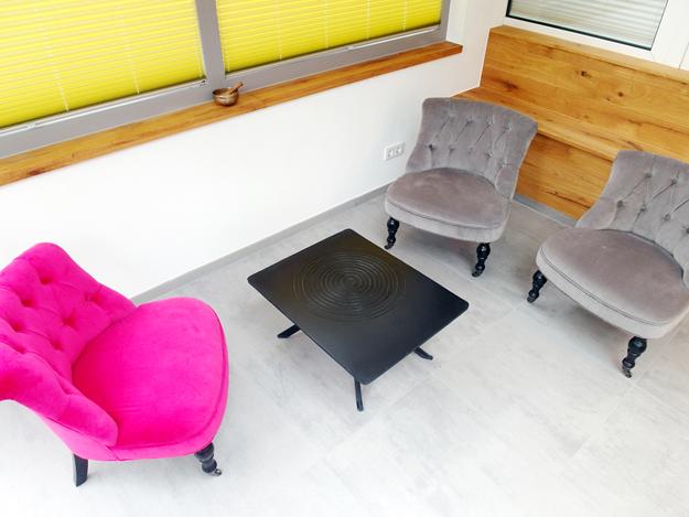 Pinker Sessel als Akzent ist unübersehbar schön