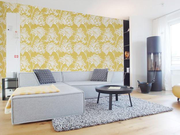 Wohnzimmer mit gelber Tapete